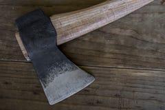Cognée en acier ensanglantée de hache de hache image stock