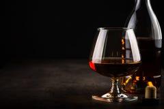 Cognac of brandewijn in het glas stock afbeelding