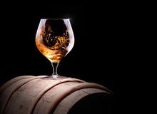 Cognac of brandewijn op een zwarte stock fotografie