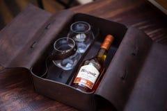 Cognac de Bisquit dans le cas en cuir photos stock