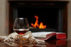 Cognac door de open haard stock fotografie