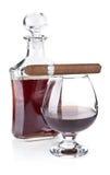 Cognac in drinkbeker met sigaar stock afbeeldingen