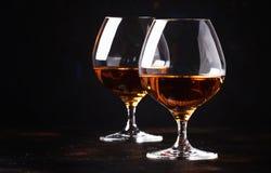 Cognac in een glas, donkere achtergrond, selectieve nadruk stock afbeelding
