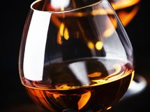 Cognac in een glas, donkere achtergrond, selectieve nadruk royalty-vrije stock fotografie
