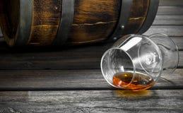 Cognac in een glas en een vat stock afbeeldingen