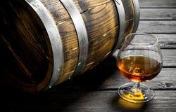 Cognac in een glas met een vat royalty-vrije stock afbeelding