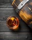 Cognac in een glas met een vat royalty-vrije stock fotografie