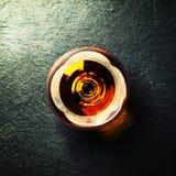 Cognac in een glas op zwarte steenachtergrond, hoogste mening royalty-vrije stock afbeeldingen