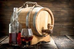 Cognac in een vat met een glas royalty-vrije stock foto's