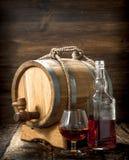 Cognac in een vat met een glas stock fotografie