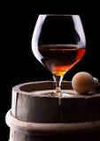Cognac eller konjak på en svart arkivfoton