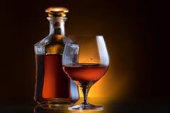 Cognac eller konjak på en svart Arkivbild