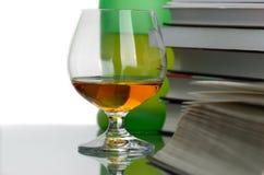 Cognac en boeken Stock Afbeeldingen