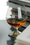 Cognac en boeken Stock Foto's