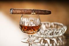 Cognac en sigaar royalty-vrije stock foto's