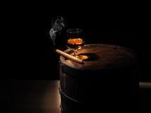 Cognac en Sigaar op oud eiken vat Royalty-vrije Stock Afbeeldingen