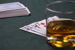 Cognac en spelen-kaarten op een lijst voor een pook Stock Afbeelding