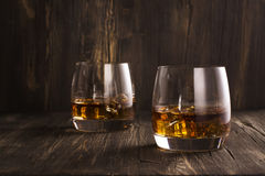 Cognac en verres au-dessus de table en bois Photo stock