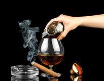 Cognac in fles en glas stock fotografie