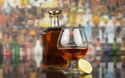 Cognac in fles en glas stock foto