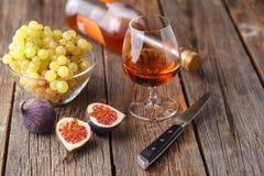 Cognac in Glas, Uitstekende Houten Achtergrond royalty-vrije stock fotografie