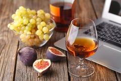 Cognac in Glas, Uitstekende Houten Achtergrond royalty-vrije stock foto