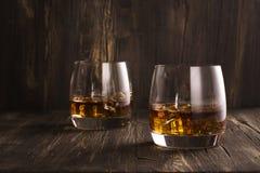 Cognac in glazen over houten lijst Stock Foto