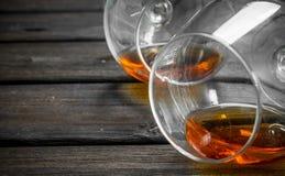 Cognac in het liggen glazen stock afbeeldingen