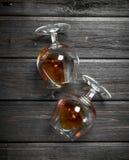 Cognac in het liggen glazen royalty-vrije stock afbeeldingen