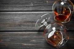 Cognac in het liggen glazen stock foto