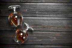 Cognac in het liggen glazen stock foto's