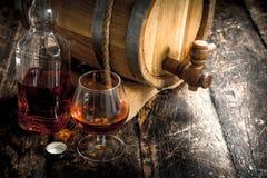 Cognac i en trumma med ett exponeringsglas arkivbild