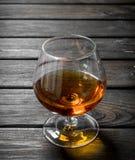 Cognac i ett exponeringsglas fotografering för bildbyråer