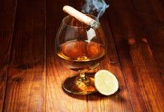 Cognac met citroen en sigaar royalty-vrije stock fotografie