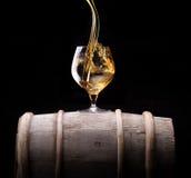 Cognac o brandy su un barilotto di legno Fotografia Stock