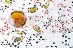 Cognac och leka kort Royaltyfri Bild
