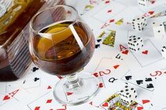 Cognac och leka kort Arkivbilder
