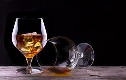 Verre vide de cognac ou d 39 eau de vie fine sur un noir - Place du verre a eau sur une table ...
