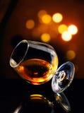 Cognac in overgeheld glas royalty-vrije stock fotografie