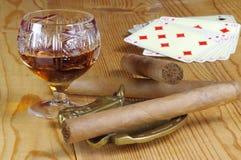 Cognac, sigaren en speelkaarten Royalty-vrije Stock Foto's