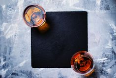 Cognac in twee glazen op steenachtergrond, hoogste mening royalty-vrije stock afbeelding