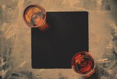 Cognac in twee glazen op steenachtergrond, hoogste mening en gestemde im royalty-vrije stock foto