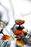 Brandy (whiskey), cognac in una bottiglia e vetro Immagine Stock
