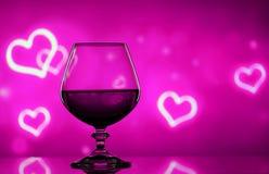 Cognacglas op een onscherpe achtergrond Stock Foto's