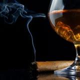 Cognacglasglas van cognac en sigaar royalty-vrije stock foto