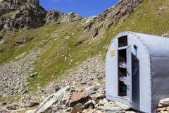 COGNE ITALIEN - AUGUSTI 22, 2014: Alpin bivack Franco Nebbia som placeras i den högväxta Arpissonen walloon arkivbilder