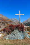 COGNE, ITALY/UK - OCTOBER 26 : The cross in the rock at Cogne in Royalty Free Stock Photos