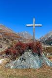 COGNE, ITALY/UK - PAŹDZIERNIK 26: Krzyż w skale przy Cogne wewnątrz Zdjęcia Royalty Free