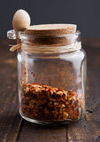 Cognez avec les épices et la petite cuillère sur le conseil en bois Photos stock