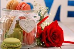 Cognez complètement des macarons pour le jour de valentines avec l'espace pour le texte Photo stock